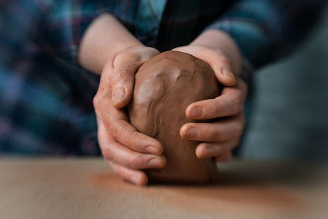 Izgotovlenie-izdelya-iz-natural'noj-gliny